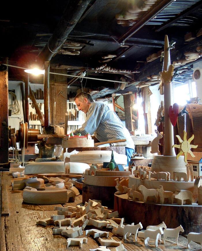 Reifendreher in der Drehstube im Erzgebirgischen Freilichtmuseum Seiffen