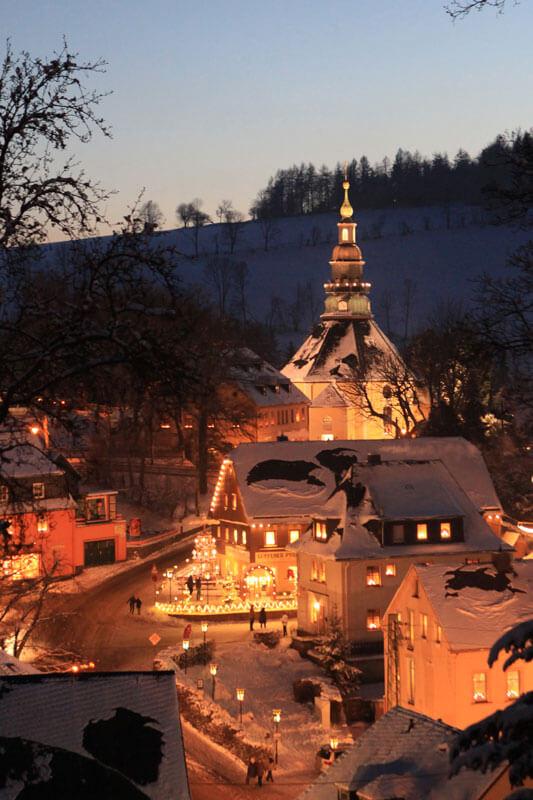Beleuchtete Seiffener Bergkirche zur Dämmerung