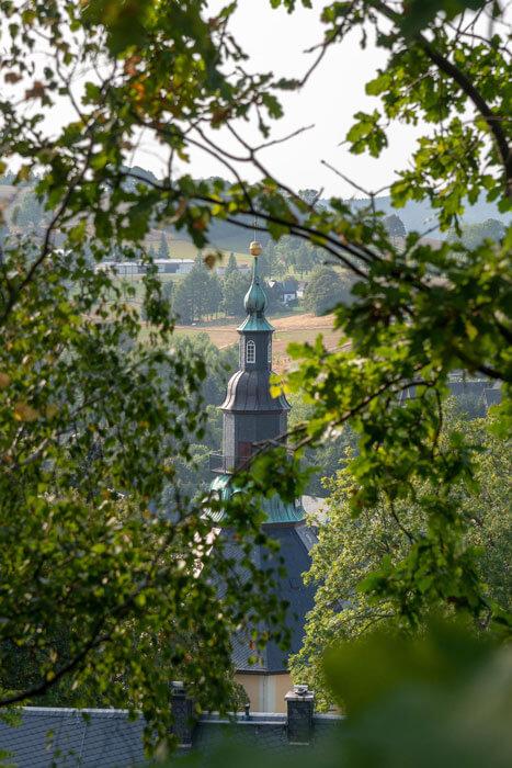 Blick zum Kirchturm in Seiffen