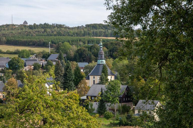Blick zur Bergkirche Seiffen im Herbst