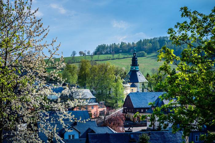 Blick zur Seiffener Kirche im Frühling